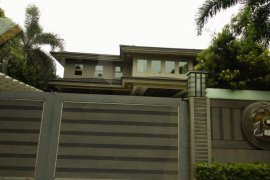 5 bedroom house for sale near MRT-3 Magallanes